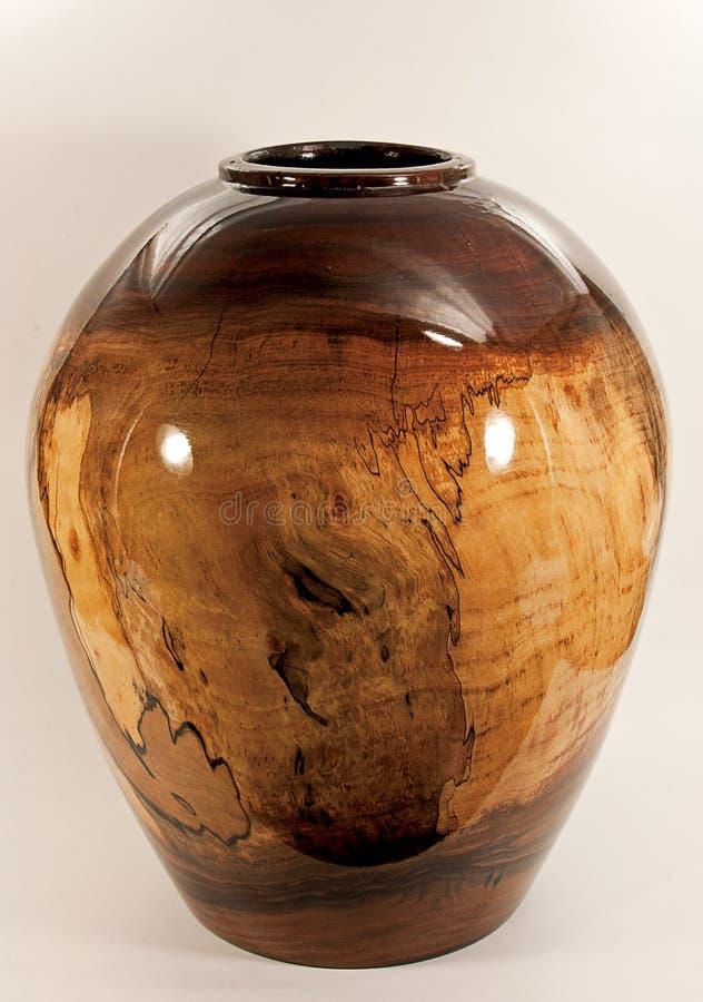 Walnuss-Vase gedreht auf hölzerne Drehbank lizenzfreie stockbilder