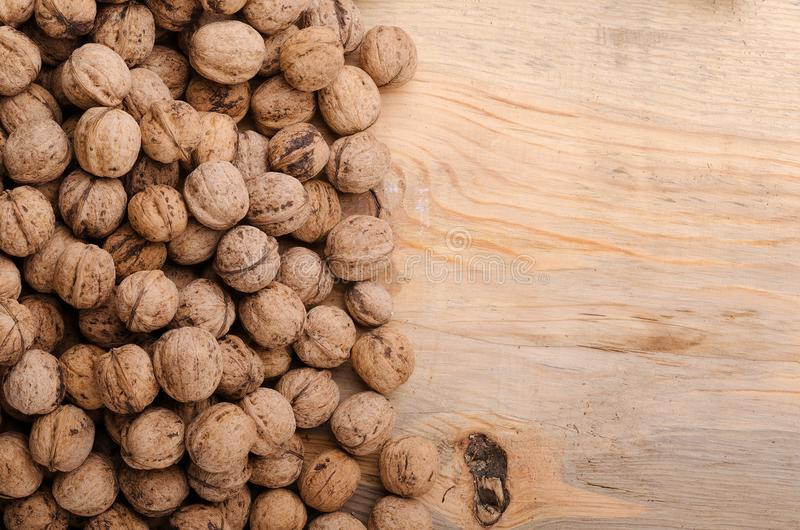 walnut Ολόκληρα ξύλα καρυδιάς στον ξύλινο πίνακα υγιής φυσικός τροφίμων στοκ φωτογραφίες