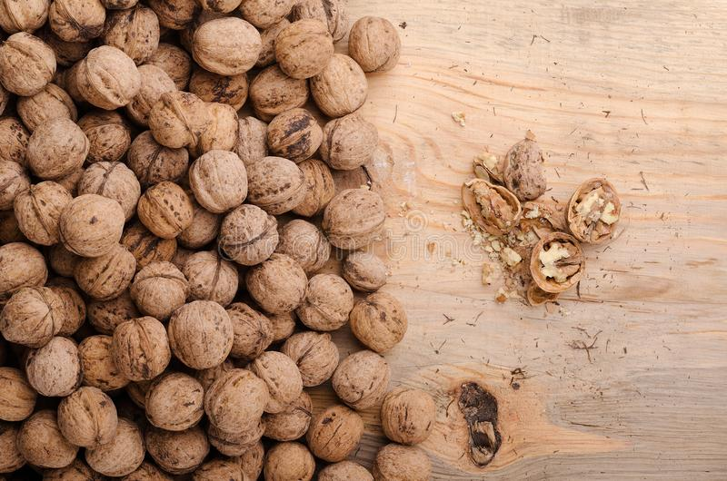 walnut Ολόκληρα ξύλα καρυδιάς στον ξύλινο πίνακα υγιής φυσικός τροφίμων στοκ φωτογραφία με δικαίωμα ελεύθερης χρήσης