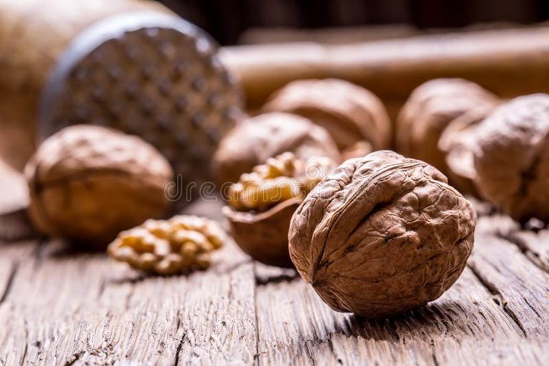 walnut Πυρήνες ξύλων καρυδιάς και ολόκληρα ξύλα καρυδιάς στον αγροτικό παλαιό δρύινο πίνακα στοκ φωτογραφίες