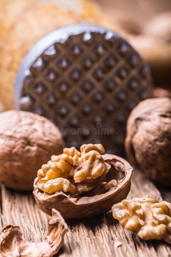 walnut Πυρήνες ξύλων καρυδιάς και ολόκληρα ξύλα καρυδιάς στον αγροτικό παλαιό δρύινο πίνακα στοκ φωτογραφία με δικαίωμα ελεύθερης χρήσης