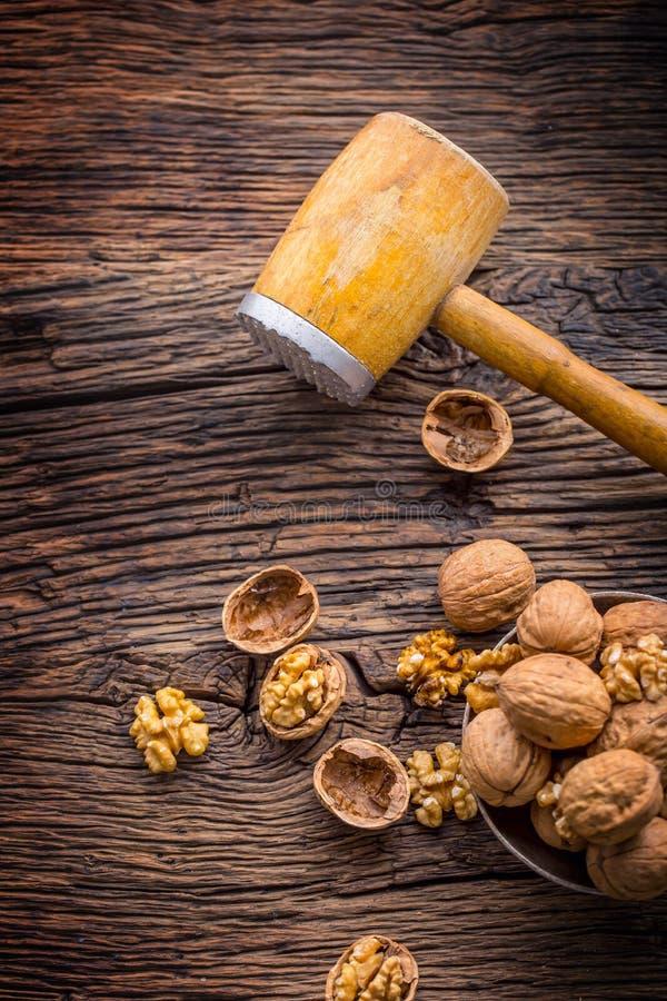 walnut Πυρήνες ξύλων καρυδιάς και ολόκληρα ξύλα καρυδιάς στον αγροτικό παλαιό δρύινο πίνακα στοκ εικόνες