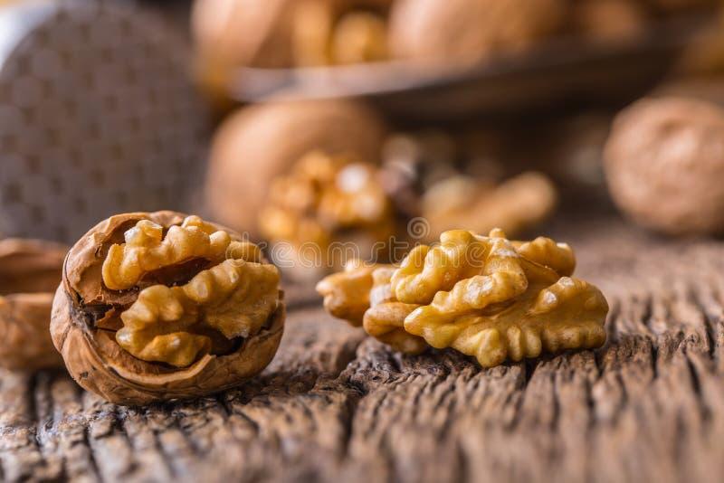 walnut Πυρήνες ξύλων καρυδιάς και ολόκληρα ξύλα καρυδιάς στον αγροτικό παλαιό δρύινο πίνακα στοκ φωτογραφίες με δικαίωμα ελεύθερης χρήσης