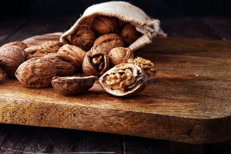walnut Πυρήνες ξύλων καρυδιάς και ολόκληρα ξύλα καρυδιάς burlap στο σάκο στοκ φωτογραφίες
