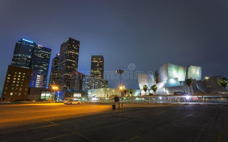 Walt Disney Concert Hall i stadens centrum finansiellt område av den Los Angeles staden på natten, Kalifornien, Amerikas förenta  arkivbild