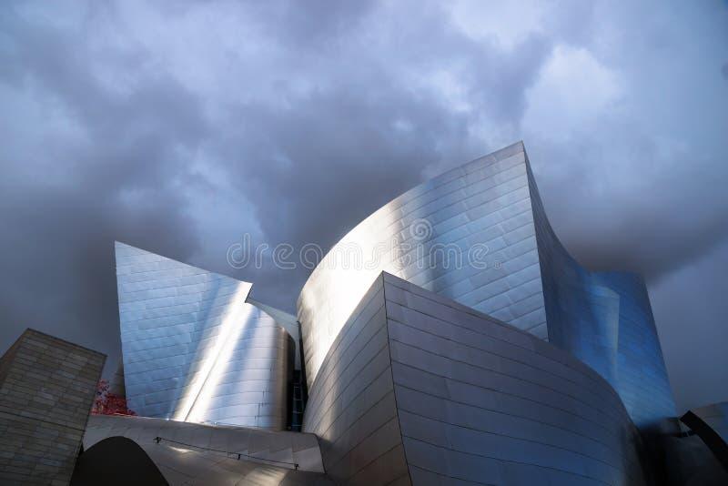 Walt Disney Concert Hall onder donkerblauwe cloudscape, Los Angeles, Californië stock foto