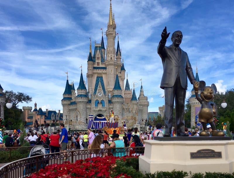 Walt Disney-holdingshanden met mickeymuis stock foto's