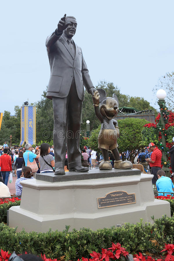 Walt Disney & Mickey Mouse Statue stock foto's