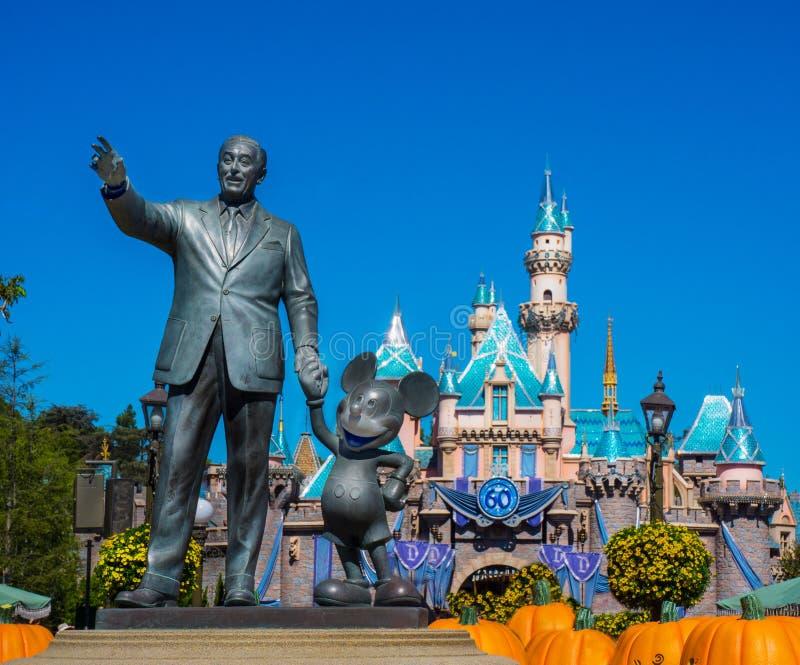 Walt Disney Mickey Mouse Statue med Cinderella Castle arkivfoto