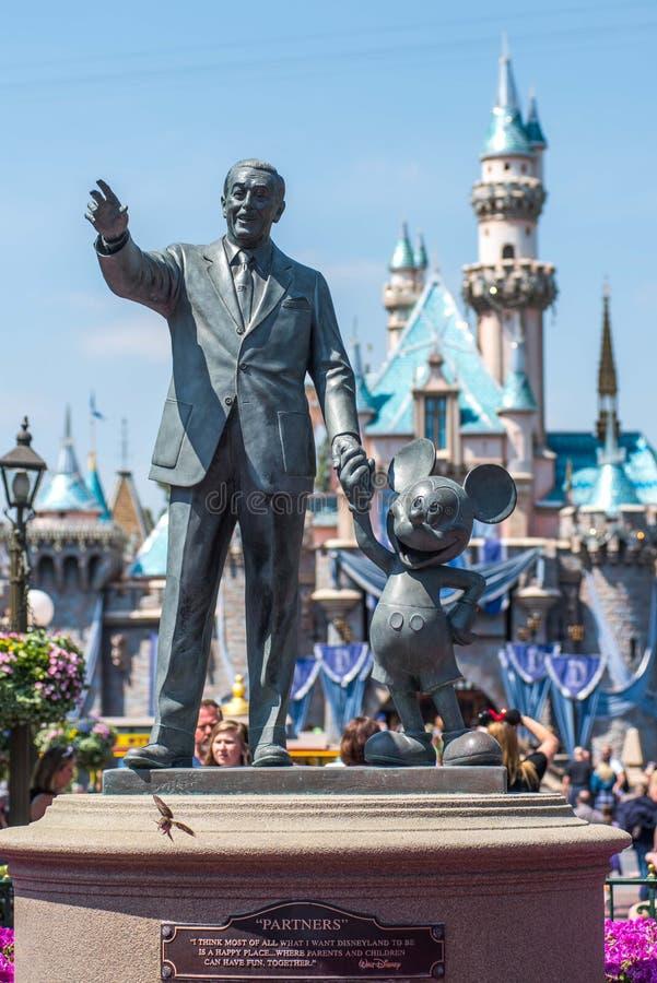 Walt Disney och Mickey Mouse staty på Disneyland royaltyfri foto
