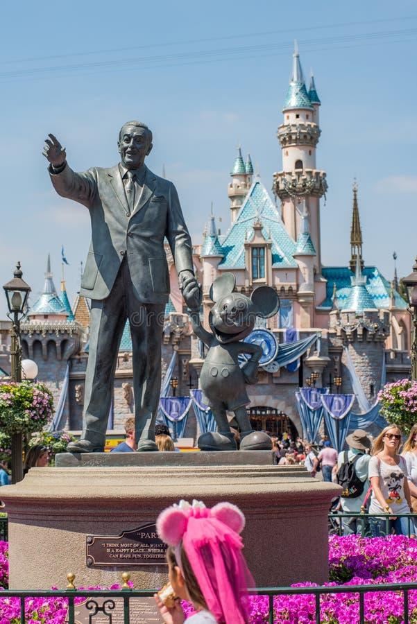 Walt Disney och Mickey Mouse staty på Disneyland royaltyfri fotografi