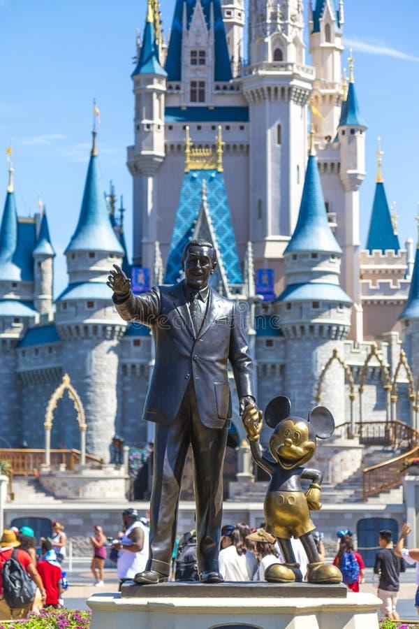 Walt Disney och Mickey musstaty framme av den Cinderella prinsessaslotten på den Disney världen Florida royaltyfri foto