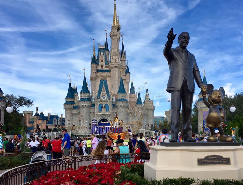 Walt Disney tenant des mains avec la souris de mickey photos stock