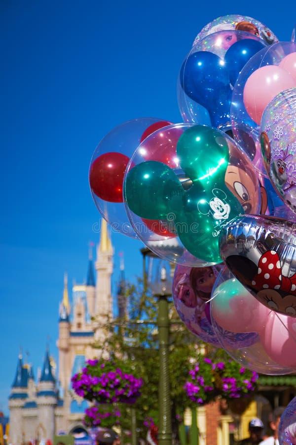 Walt Disney World Ballons und Schloss lizenzfreie stockfotografie
