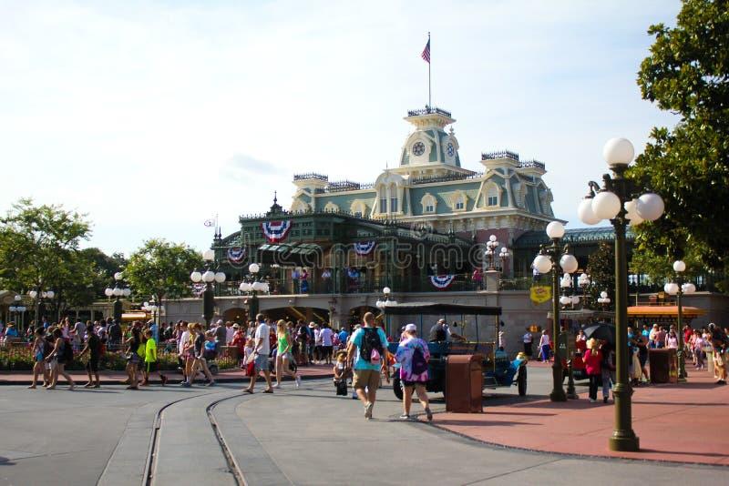 Walt Disney World Magic Kingdom-ingang met bezoekers stock afbeelding