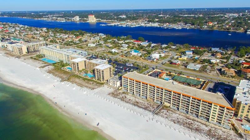 WALTON DO FORTE, FL - EM FEVEREIRO DE 2016: Vista aérea da cidade e do revestimento f imagem de stock