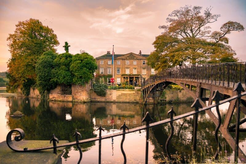 Walton Hall in una regolazione scenica del parco di rotolamento con il suoi propri immagine stock libera da diritti