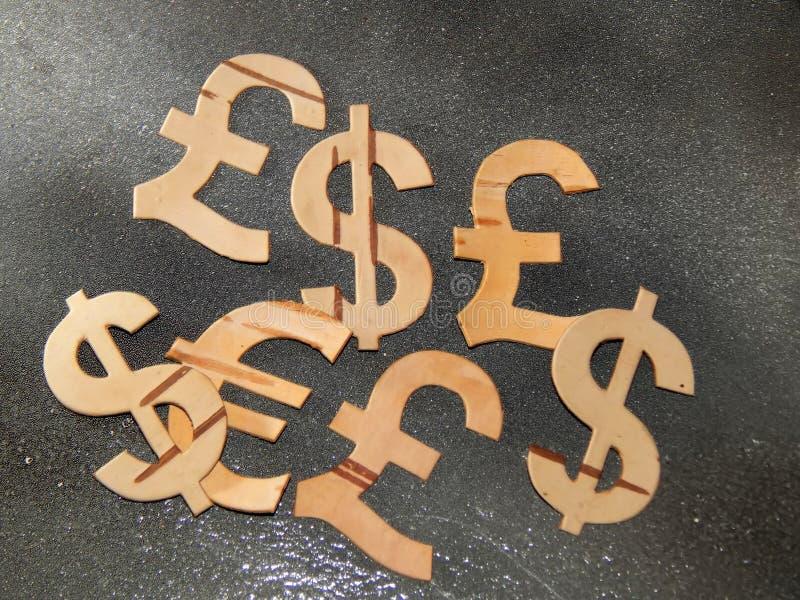 Waluta symbole rzeźbili od brzozy barkentyny na lekkim tle zdjęcia stock
