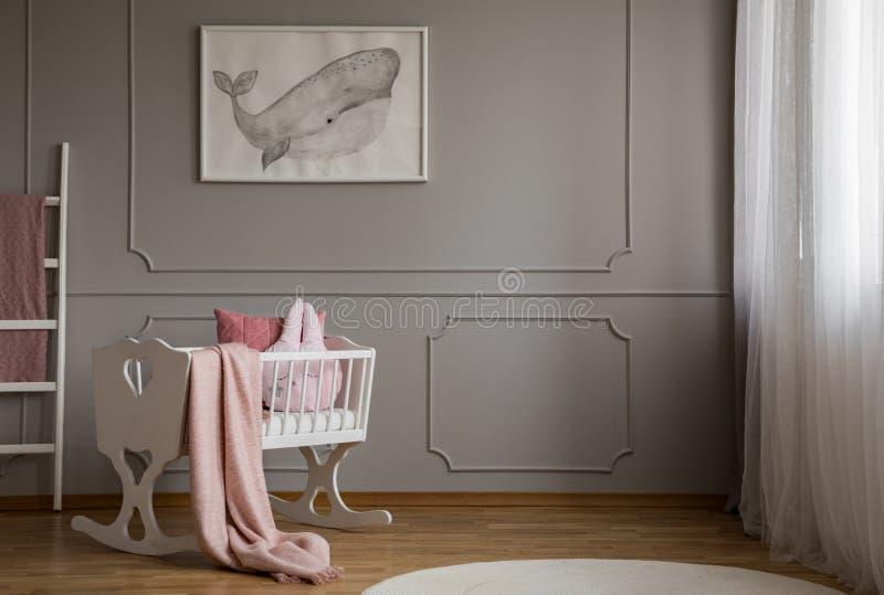 Walvis op affiche op de lege grijze muur van het leuke binnenland van de babyslaapkamer met witte wieg met hoofdkussen en deeg ro royalty-vrije stock afbeelding