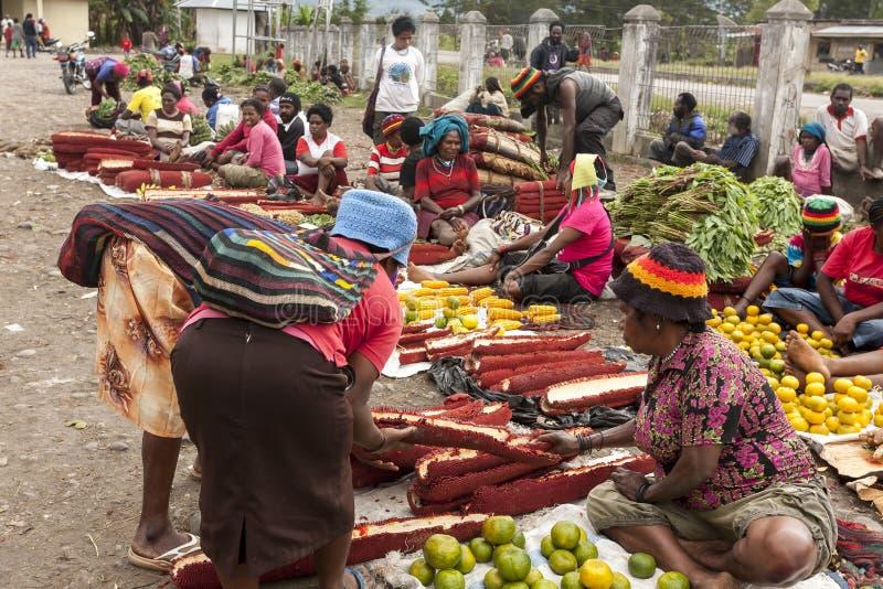 Wamena, Indonesien - 9. Januar 2010: Leute sind am lokalen Markt von Wamena in Baliem-Tal, Papua-Neu-Guinea lizenzfreie stockbilder