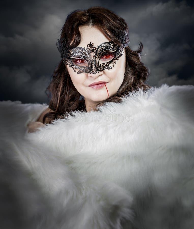 Wampir kobieta z Wenecką maski i bielu etolą obraz stock