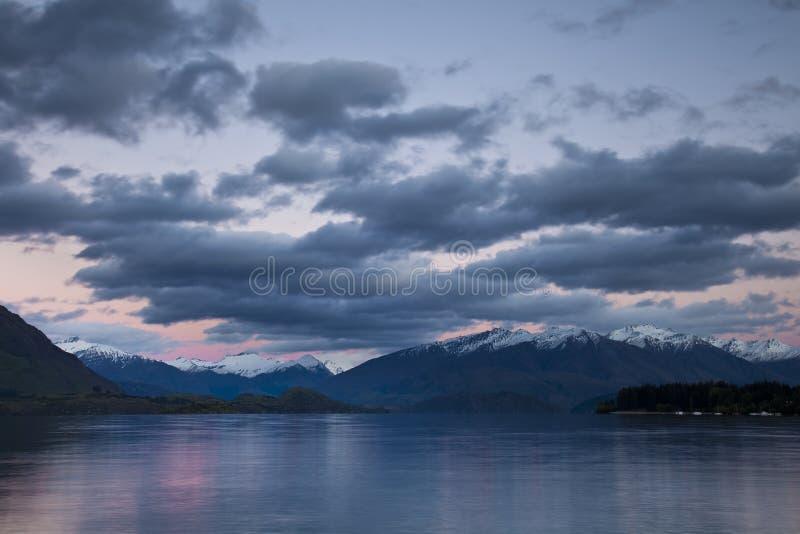 Wanaka del lago en el amanecer fotografía de archivo