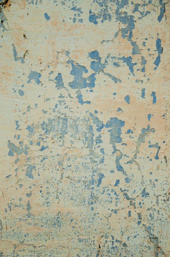 Wand bedeckt durch rauen Gips mit einigen Spr?ngen und abgebrochen stockbild