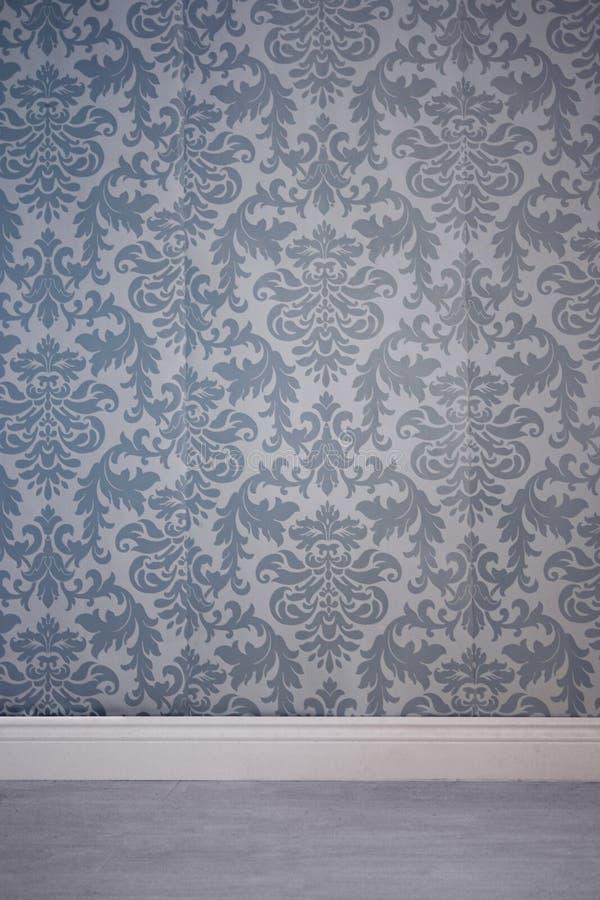 Wand bedeckt durch Tapete mit Blumenmuster lizenzfreie stockfotos