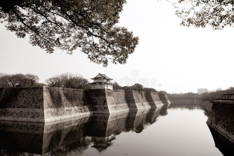 Wand der alten Palasteinfassung mit Wasser und Baum im Winter stockfoto