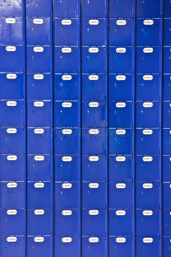 Wand der blauen Postkästen stockfotografie