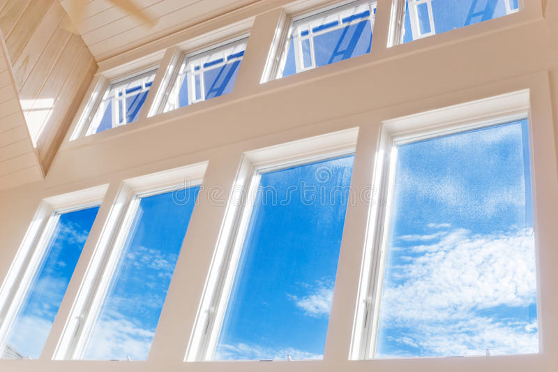 Wand der Fenster am sonnigen Nachmittag lizenzfreies stockfoto