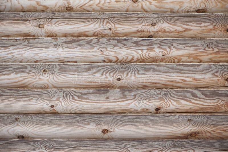 Wand der gehauenen Protokolle mit natürlichem hölzernem Muster lizenzfreie stockbilder