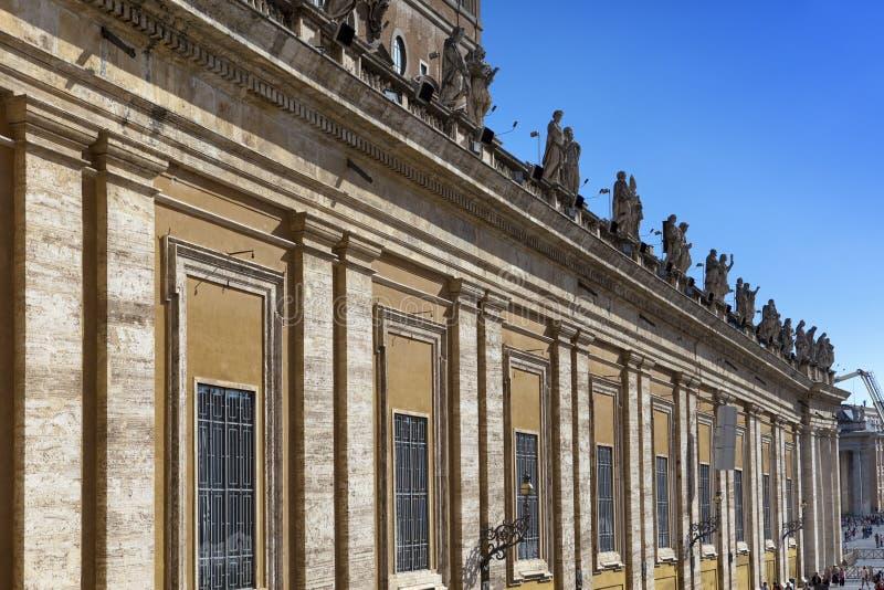 Wand des alten Gebäudes auf dem des St Peter Quadrat in Rom stockbilder