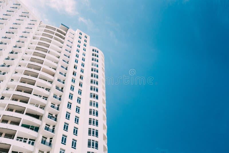 Wand des neuen modernen mehrstöckigen Wohngebäude-Hauses im Wohngebiet stockfoto