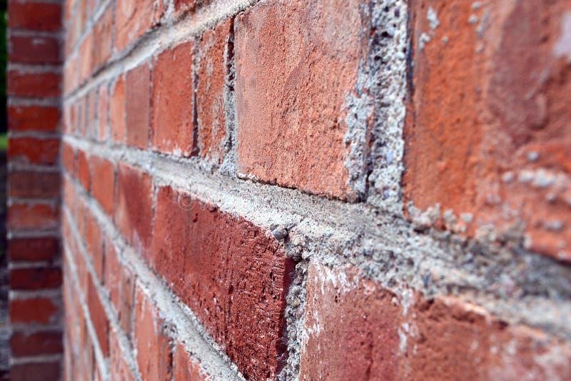 Wand des roten Backsteins auf dem Warschau-Kirchhof stockfotos