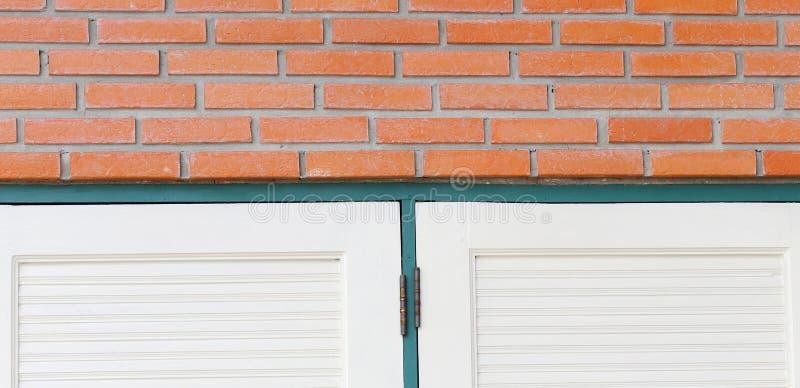 Wand des roten Backsteins am Rand des Fensters stockfoto
