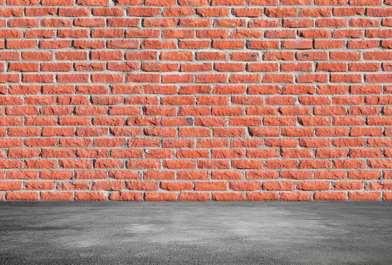 Wand des roten Backsteins und grauer Asphaltboden stockfoto
