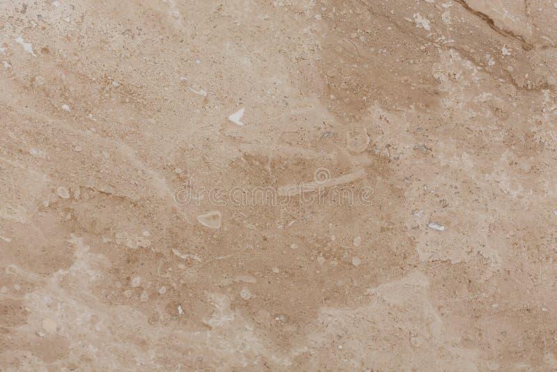 Wand des Travertins mit Steinschichten verschiedenen Farben Schließen Sie herauf Architekturmakrophotographie stockfotos