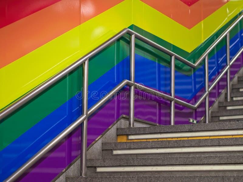 Wand des Treppenhauses gemalt in der LGBT-Regenbogenfarbe lizenzfreie stockfotografie