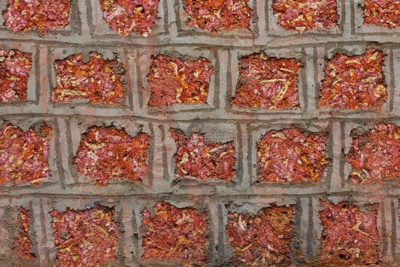 Wand des Weinleseroten backsteins mit rauer Oberfläche und dunklen dem Fleck genommen von einer alten Stadt in Indien Das Muster  stockfotos