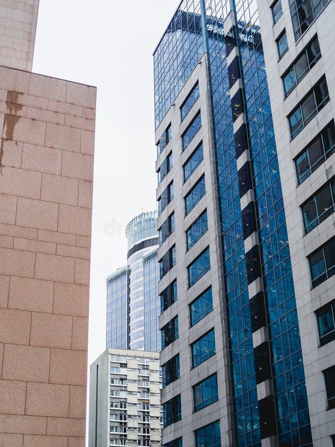 Wand eines hohen Bürogebäudes lizenzfreie stockbilder