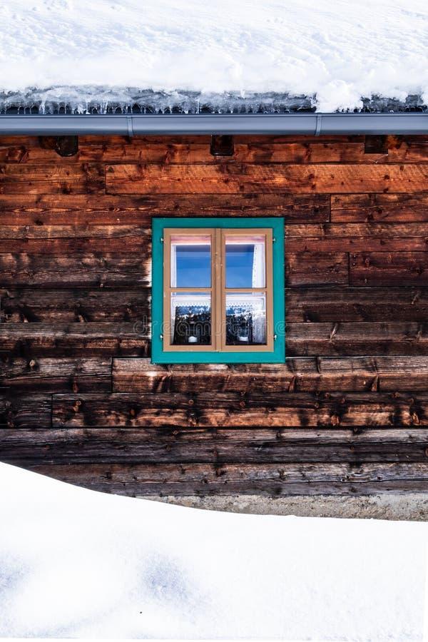 Wand, Fassade des alten Holzhauses, Hütte mit kleinem Fenster stockfotografie