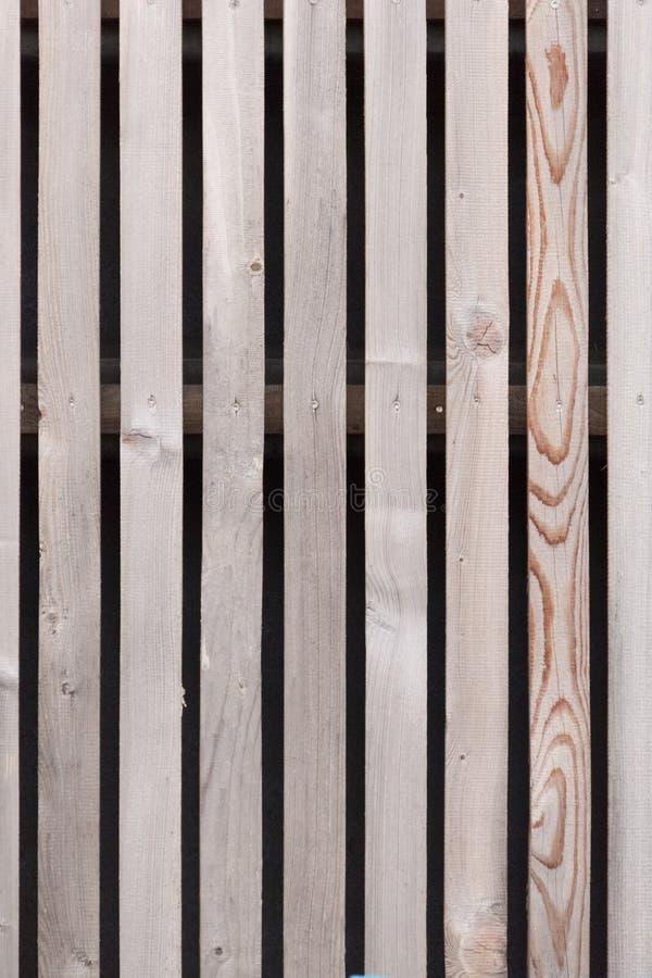 Wand hergestellt von den braunen hölzernen Latten stockfotos