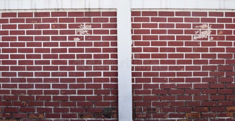 Wand-Hintergrundart-Dekorschmutz des roten Backsteins, Farbe abziehend und schimmelig stockfotos