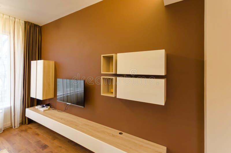 Wand im Wohnzimmer mit Schrank und Fernsehen stockfoto