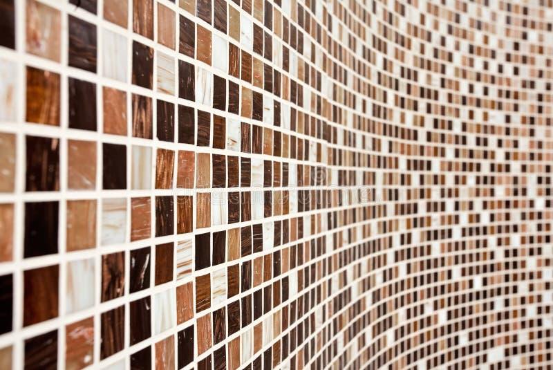 Wand mit braunem Mosaikmuster stockfotos