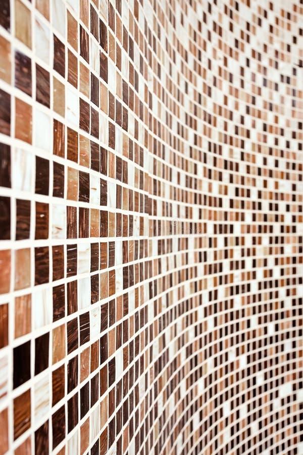 Wand mit braunem Mosaikmuster lizenzfreies stockfoto