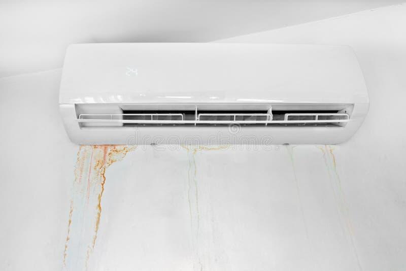 Wand mit dem Formfleck wegen des Klimaanlagendurchsickerns Mehltauflecke und Zerstörung der Wand lizenzfreie stockfotografie