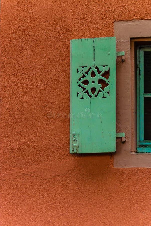 Wand mit Fensterladen stockbild