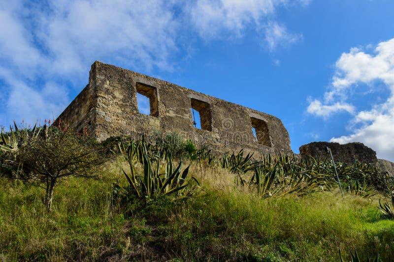 Wand mit Fenstern im Schloss von Torres Vedras, auf Hügel Portugal lizenzfreie stockfotografie